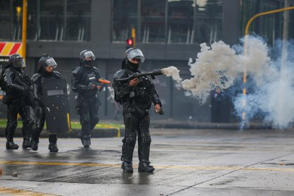 A riot police officer uses a tear gas weapon during a protest in Bogota, Colombia, November 21, 2019. REUTERS/Luisa Gonzalez