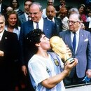 Bildnummer: 05129381 Datum: 29.06.1986 Copyright: imago/WEREK Diego Armando Maradona (Argentinien) k�sst den Pokal, Argentinien ist Weltmeister 1986, dahinter Staatspr�sident Miguel de La Madrid Hurtado (Mexiko, li.) und Bundeskanzler Dr. Helmut Kohl (BR Deutschland, Mitte); BRD, Vdia, quer, Sieg, Jubel, Siegerehrung, Pokal, Troph�e, Weltmeisterpokal, Medaille, Gold, Goldmedaille, Aufmacher, Politik, People WM Finale 1986, L�nderspiel, Nationalteam, Nationaltrikot Mexiko City Freude, Begeisterung, Fu�ball WM Herren Mannschaft Gruppenbild optimistisch Randmotiv Werbemotiv Personen Objekte Sportpolitik Image number 05129381 date 29 06 1986 Copyright imago WEREK Diego Armando Maradona Argentina kiss the Cup Argentina is World Champion 1986 behind State President Miguel de La Madrid Hurtado Mexico left and Federal Chancellor Dr Helmut Kohl BR Germany centre Germany Vdia horizontal Victory cheering Award Ceremony Cup Trophy World Cup trophy Medal Gold Gold medal Highlight politics Celebrities World Cup Final 1986 international match National team National jersey Mexico City happiness Enthusiasm Football World Cup men Team Group photo optimistic Rand motive Highlight Human Beings Objects Sports policy No Use Switzerland. No Use Germany. No Use Japan. No Use Austria