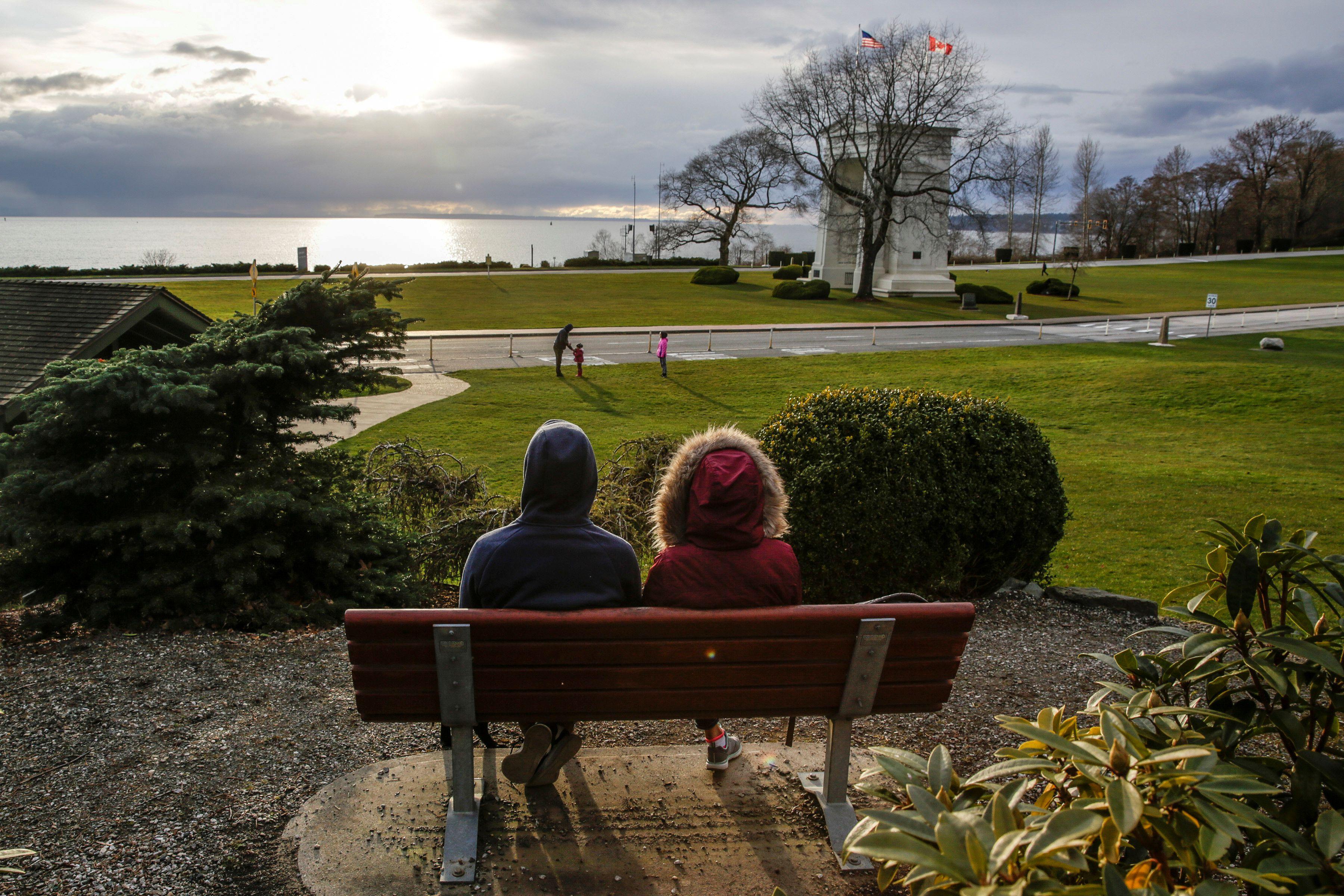 Una pareja sentada en una plaza del estado de Washington (Reuters)