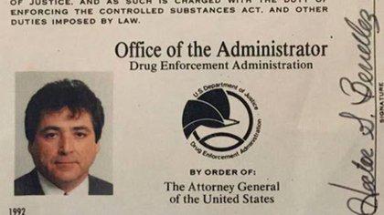 Héctor Berrellez fue  condecorado en diversas ocasiones por sus servicios como agente de la DEA (Foto: Twitter@subversivo68)