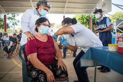 Una mujer mayor recibe la vacuna CanSino contra el coronavirus en el Istmo de Tehuantepec, estado de Oaxaca (Foto: EFE/ Luis Villalobos)
