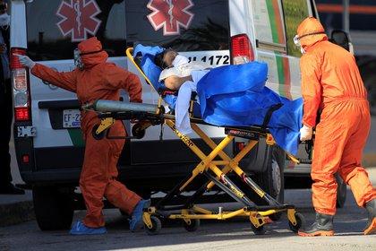 Paramédicos ingresan a un enfermo de la COVID-19, al Hospital General de la fronteriza Ciudad Juárez, en el estado de Chihuahua (México). EFE/ Luis Torres