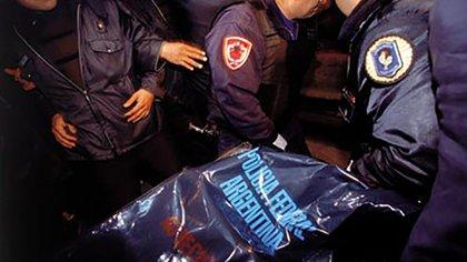 La policía retira el cuerpo de Walter Olmos de la habitación 22 del modesto hotel San Cristobal Inn