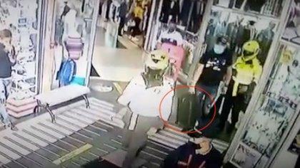 En video, el minuto a minuto del secuestro y robo a un comerciante de San Andresito por parte de uniformados de la Policía de Bogotá