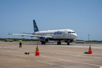 Algunos países que ya permiten la entrada de extranjeros por las fronteras aéreas están exigiendo pruebas de la COVID-19 negativas, como Bahamas, República Dominicana y Ecuador, y otros han establecido el cumplimiento de cuarentenas (EFE/ Francesco Spotorno/Archivo)