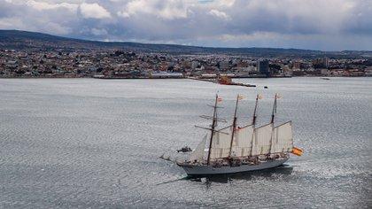 El buque español Elcano en la conmemoración del cruce del Estrecho de Magallanes (EFE)