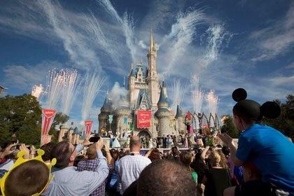 Imagen de archivo de un espectáculo de fuegos artificiales justo al Castillo de Cenicienta durante la gran inauguración del nuevo parque Fantasilandia de Walt Disney World en Lake Buena Vista, Florida, Estados Unidos. 6 de diciembre, 2012. REUTERS/Scott Audette/Archivo