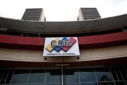 El logo del Consejo Nacional Electoral en su sede en Caracas, Venezuela Mayo 14, 2018. REUTERS/Carlos Jasso