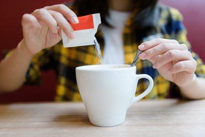 Los edulcorantes son aditivos alimentarios que pueden agregarse a los alimentos y bebidas, en reemplazo del azúcar (Shutterstock)