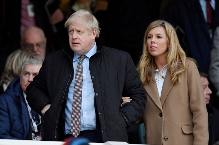 Boris Johnson con Carrie Symonds en una imagen del 7 de marzo de 2020 (REUTERS/Toby Melville)
