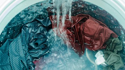Llegar a casa y lavar la ropa (Shutterstock)