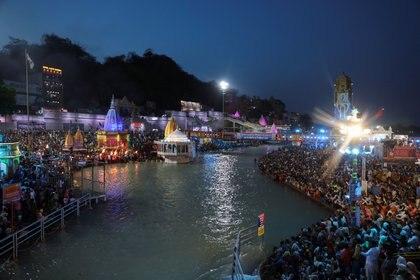 Los devotos se agolpan para el rezo nocturno a orillas del río Ganges.
