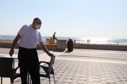 Los mandatos pandémicos de distanciamiento físico han facilitado la navegación de los viajeros con discapacidades por los espacios públicos (REUTERS)