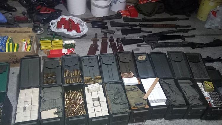 En Panamá, una punta anónima llevó a la policía a un alijo de municiones, armas de fuego y galones de materiales químicos y explosivos (Interpol)