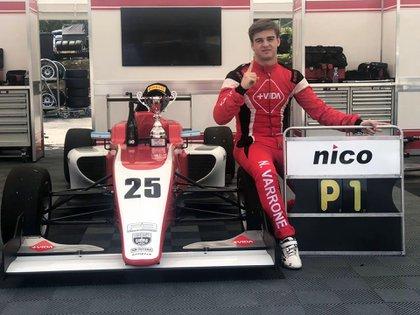 Varrone, con el auto en el que ganó una carrera en la Fórmula 3 británica en 2019