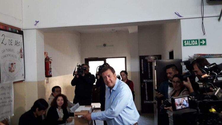 El actual gobernador de Río Negro votó el domingo temprano en la Escuela 165 de Cipoletti