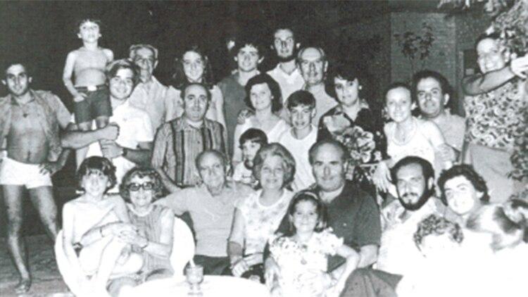 """Arquímedes, su familia y sus amigos en una celebración a principio de los 80: """"La familia es todo"""", repetía el jefe del clan"""