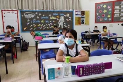 En las escuelas los alumnos deben utilizar mascarillas y respetar distanciamiento social (REUTERS/Ronen Zvulun)