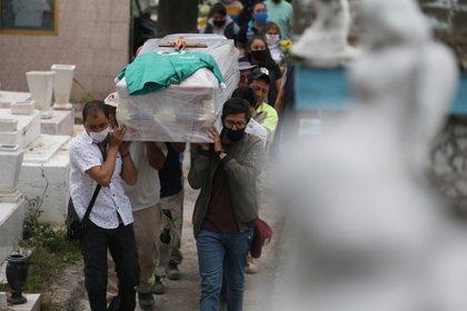 Del 18 de marzo al 31 de agosto, se reportaron un total  61,292 decesos (Foto: EFE/Sáshenka Gutiérrez)