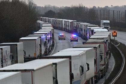 La fila de camiones en la autopista M20, que une Londres con el sureste de Inglaterra (JUSTIN TALLIS / AFP)
