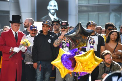 Decenas de fans rindieron homenaje a Kobe Byrant en la puerta del Staples Center, el estadio de Los Ángeles Lakres (USA TODAY Sports)