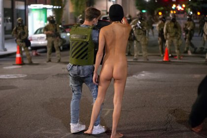 Otro manifestante trató de protegerla, pero ella se negó (REUTERS/Nathan Howard)