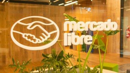 El logo de la empresa en el nuevo edificio del barrio de Saavedra (Mercado Libre)