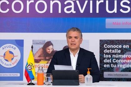 El presidente de Colombia, Iván Duque, habla durante un programa diario de televisión en medio del brote de COVID-19 desde la sede de la Presidencia en Bogotá