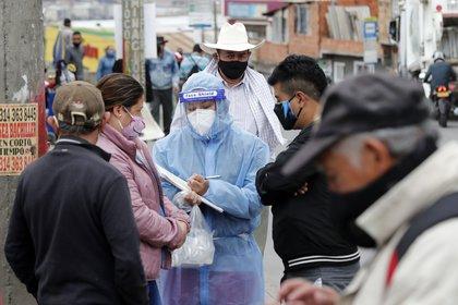 Equipos epidemiológicos de la Secretaría de Salud realizan la toma aleatoria de muestras de la Covid-19 este sábado, en el barrio Vista Hermosa, localidad de Ciuda Bolívar, en Bogotá (Colombia). EFE/ Mauricio Dueñas Castañeda
