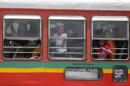 Los migrantes llegan a una estación de ferrocarril en un autobús para abordar un tren a su estado natal de Uttar Pradesh durante un bloqueo prolongado para frenar la propagación de COVID-19, en Mumbai (Reuters)