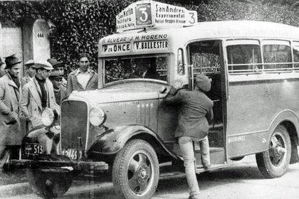 Un colectivo Chevrolet de 1934 o 1935, de la línea 3 que unía Plaza Miserere con Villa Ballester (Foto: Archivo General de la Nación)