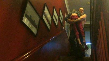 Tim carga a Jacquie por las escaleras de su casa en Toronto. La escena fue publicada en Imgur dos meses atrás. Los comentarios fueron conmovedores (Imgur)