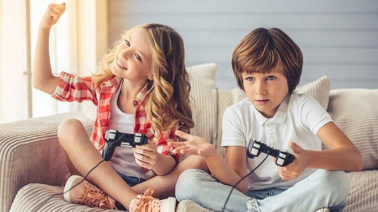 Una de las primeras señales puede ser que el niño o niña prefiera jugar con compañeras y compañeros del sexo opuesto al biológico (Getty)