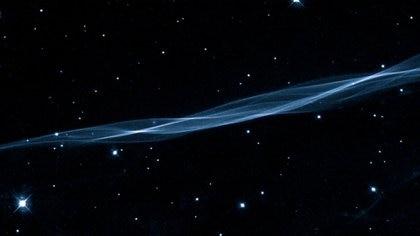 Esta delicada imagen del Telescopio Espacial Hubble muestra una pequeña porción del bucle de Cygnus, un remanente de supernova en la constelación de Cygnus, el Cisne. Las mediciones de esta imagen súper detallada de un velo cósmico muestran que la explosión original de la supernova tuvo lugar hace sólo 5.000 años