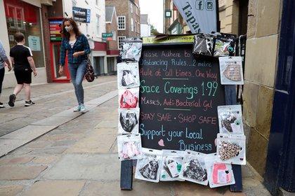 Las mascarillas de protección se exhiben fuera de una tienda en Durham, Gran Bretaña, el 24 de julio de 2020 (REUTERS/Lee Smith)