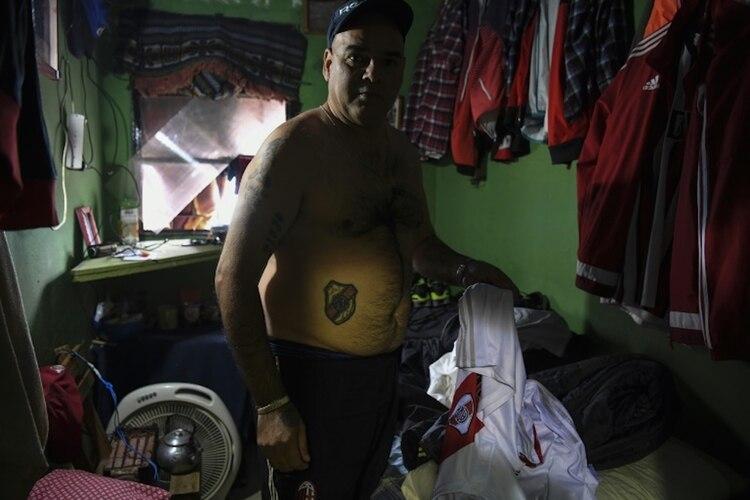 Un preso de la Unidad Penitenciaria N° 9 de La Plata, a las afueras de Buenos Aires, muestra su celda, el 30 de junio de 2018. (AFP - EITAN ABRAMOVICH)