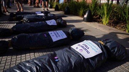 Repudiable y de mal gusto: las bolsas mortuorias utilizadas por la oposición el sábado frente a Casa Rosada (Foto: Franco Fafasuli)