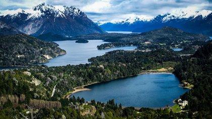 En los márgenes del lago que le da nombre, se ubican las ciudades de San Carlos de Bariloche y Villa La Angostura, famosos centros de esquí internacionales