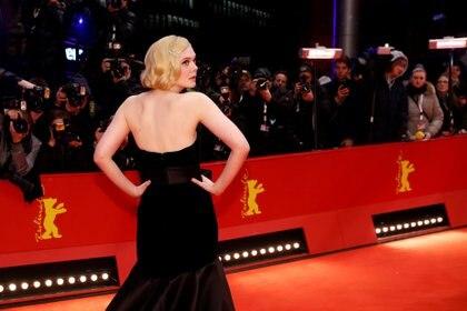 """Elle Fanning posa en la alfombra roja antes del proyección de su última película """"The Roads Not Taken"""" en el Festival de Cine de Berlín en 2020"""
