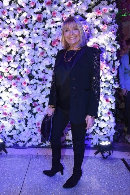 La diseñadora Adriana Costantini acompañó a su colega Jorge Rey desde el front row y lució un conjunto de saco y pantalón con blusa de seda. Un total black look combinado con accesorios y detalles dorados