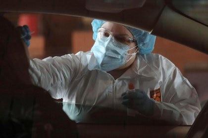 Claudia Clemente, MA, realiza una prueba para detectar la enfermedad del coronavirus en Estación 161 del Departamento de Bomberos de Tolleson en Tolleson, EEUU, 18 junio 2020. REUTERS/Courtney Pedroza/Files