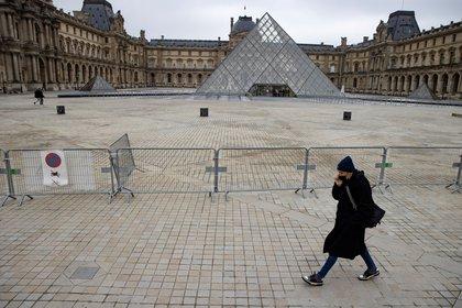 Una valla impide el acceso a las pirámides del Louvre de París, el pasado mes de enero. EFE/IAN LANGSDON/Archivo