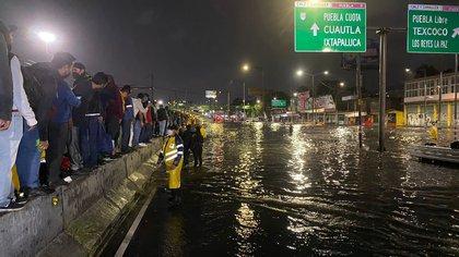 Las impactantes imágenes de la inundación en Calzada Ignacio Zaragoza de CDMX