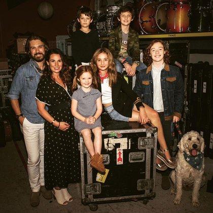 Taylor Hanson, junto a su esposa Natalie Bryant y sus cinco hijos. El último bebé de la pareja nació en 2018 (Instagram)