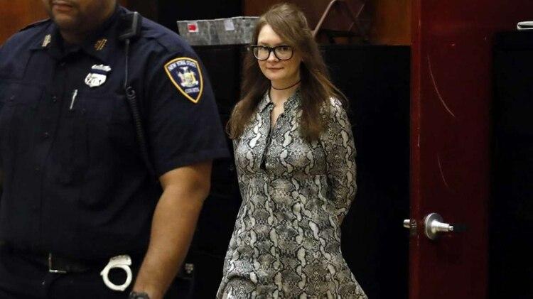 Anna Sorokin regresa de un receso durante su juicio en la Corte del Estado de Nueva York,(Foto: AP)