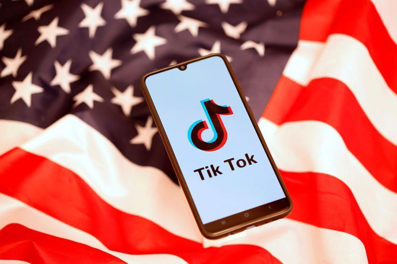 Imagen de archivo ilustrativa del logo de TikTok en la pantalla de un teléfono móvil puesto junto a una bandera de Estados Unidos tomada el 8 de noviembre, 2019. REUTERS/Dado Ruvic