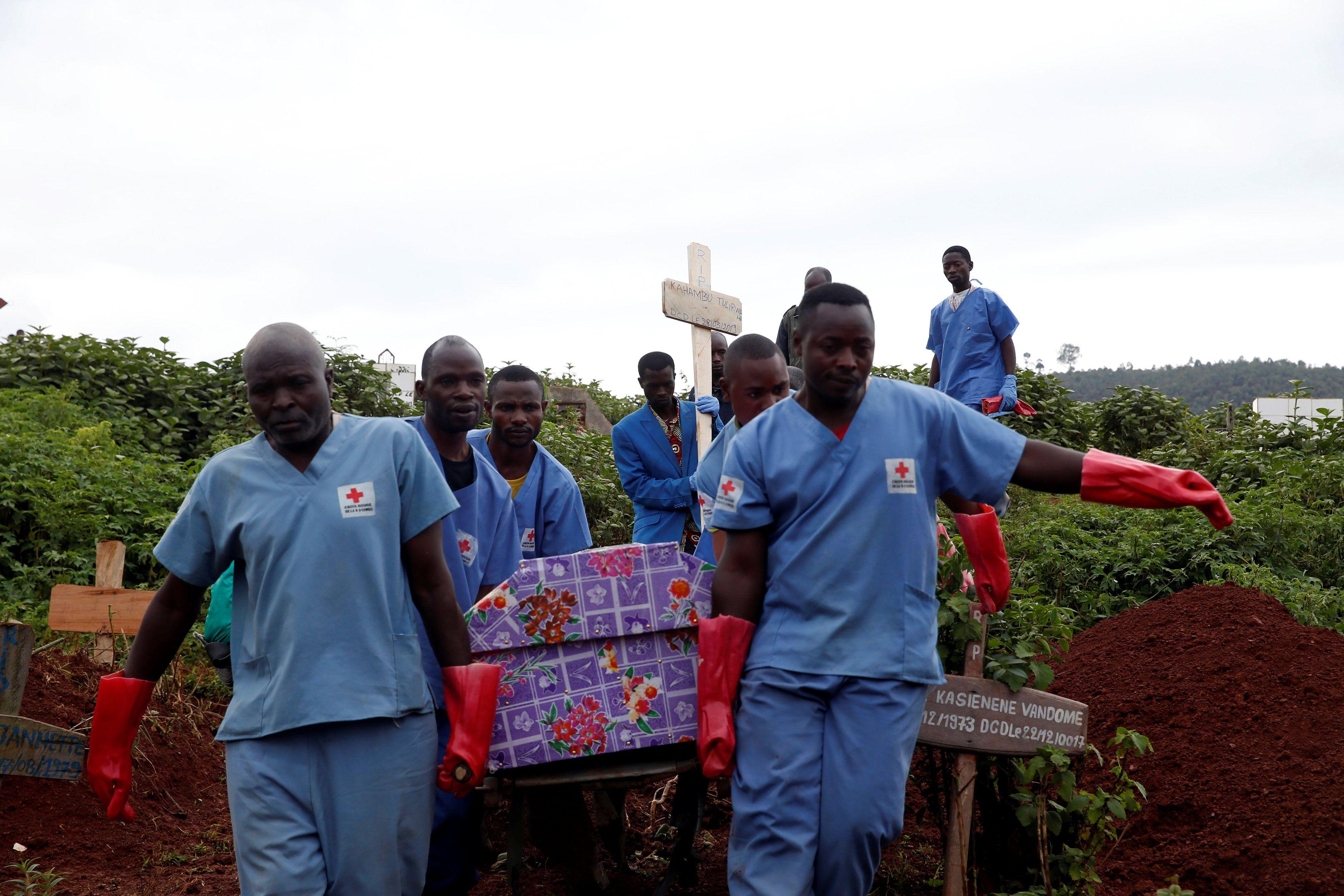 Trabajadores de la Cruz Roja llevan el ataúd de una mujer que murió de ébola para ser enterrada en un cementerio en la ciudad congoleña oriental de Butembo en la República Democrática del Congo (REUTERS/Baz Ratner)