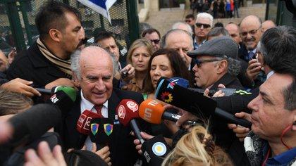Oscar Parrilli habló ante la prensa en las escalinatas de Comodoro Py (Maximiliano Luna)
