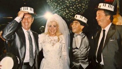 Carlos Bilardo y Julio Grondona junto a Diego Maradona y Claudia Villafañe durante la celebración