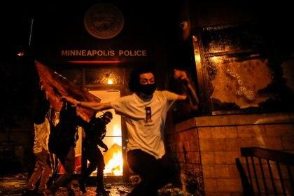 Manifestantes en la estación de policía (Reuters/ Carlos Barria)